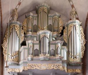 Der erhaltenswerte Orgelprospekt stammt von Bünting 1754